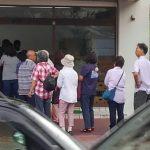 早朝からの行列の出来る沖縄の名店の風景