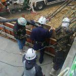 北風の寒い中でのコンクリート打設工事風景