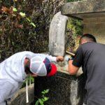 又吉家の改葬の為の墓標の取り外し風景
