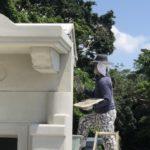 うるま市・お墓の建立風景のひとコマ。