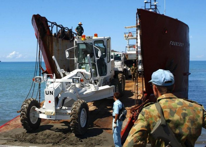 australian_peacekeepers_unload_engineering_equipment