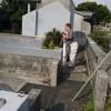 お墓の補修工事の測量のひとコマ