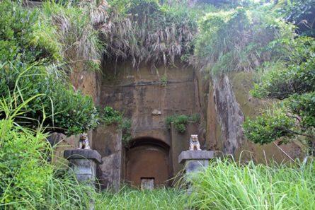 山の斜面で緑に囲まれたニービ墓