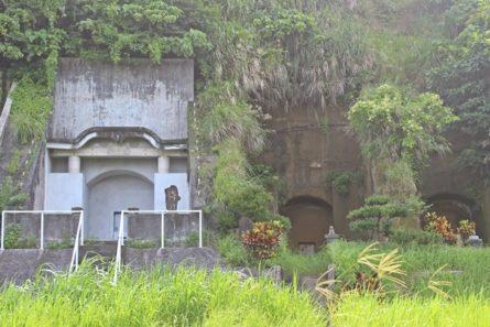 本来のニービ墓(右)とコンクリートで補強されたと思われるニービ墓(左)